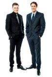 Affärskollegor som poserar i stil Arkivfoton