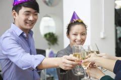 Affärskollegor som rostar med Champagne Arkivbild