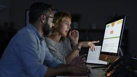 Affärskollegor som sent i regeringsställning arbetar stock video