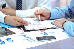 Affärskollegor som tillsammans arbetar och analyserar den finansiella fikonträdet Arkivfoto