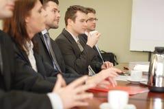 affärskonferens fem gruppfolk royaltyfria bilder