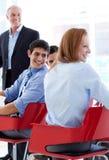 affärskonferens som diskuterar att le för folk Arkivbild