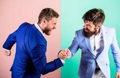 Affärskonkurrens och konfrontation Fientligt eller diskussionslystet läge mellan motsättande kollegor Affär arkivfoton