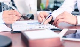 Affärskonsulent som analyserar finansiella diagram Royaltyfri Foto