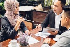 Affärskonsulent som analyserar finansiella diagram av företaget fotografering för bildbyråer