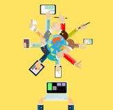 Affärskontakt över hela världen och telefon och dator för handhandlagminnestavla Royaltyfri Bild
