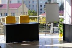 Affärskontor med glasväggen och härlig sikt fotografering för bildbyråer