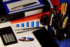 Affärskontoret växer stadigt upp-indikerar diagrammet Räknemaskin, smartphone, röd mapp med viktiga rapporter och arbete arkivbilder