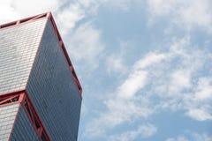 Affärskontorsbyggnader eller skyskrapor med blå himmel för moln Arkivfoton