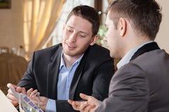Affärskonversation i restaurang Fotografering för Bildbyråer