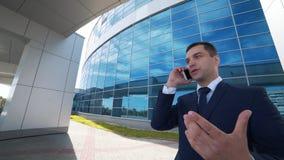 Affärskonversation på en mobiltelefon stock video