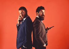 Affärskonversationbegrepp Machos i klassiskt dräktsamtal på telefonen royaltyfria bilder