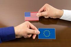 Affärskort med den Europa och USA-flaggan Arkivfoto