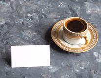 Affärskort och kaffekopp på grå bakgrund fotografering för bildbyråer