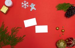 Affärskort på tabellen på den röda skärmen för modell i jultid Julgran garneringar i bakgrund Arkivbilder