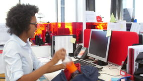 Affärskvinna Arriving In Office och sammanträde på skrivbordet