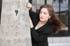 Affärskvinna bak en tree Royaltyfri Bild