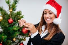 Affärskvinna Decorating Christmas Tree Arkivfoto