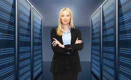Affärskvinna eller admin över serverrumbakgrund Arkivfoto