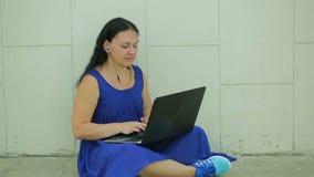Affärskvinna eller en revisor som arbetar på en bärbar datordator på hennes kontorsskrivbord stock video
