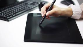 Affärskvinna- eller formgivareteckning med pennminnestavlan lager videofilmer