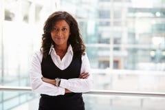 Affärskvinna för blandat lopp, midja upp ståenden royaltyfri fotografi