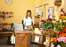 Affärskvinna för blomsterhandelägare Arkivbild