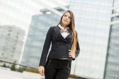 Affärskvinna framme av kontorsbyggnad Royaltyfri Bild