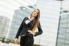 Affärskvinna framme av kontorsbyggnad Royaltyfri Fotografi