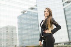 Affärskvinna framme av kontorsbyggnad Fotografering för Bildbyråer