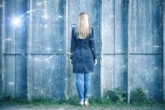 Affärskvinna framme av väggen med det konstnärliga cyberspacenätverket Royaltyfri Foto