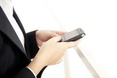 Affärskvinna genom att använda den smart telefonen royaltyfri fotografi
