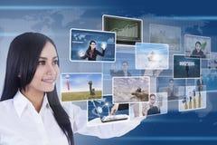 Affärskvinna genom att använda digitalt massmedia royaltyfri bild
