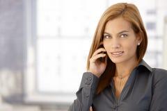 Affärskvinna genom att använda mobiltelefon Arkivbilder