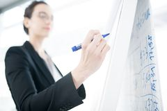 Affärskvinna Giving Presentation på Whiteboard arkivfoton