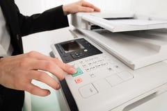 Affärskvinna Hand Pressing Printer & x27; s-knapp Arkivbild
