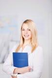 Affärskvinna Holding Application Book i regeringsställning royaltyfri fotografi