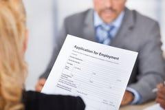 Affärskvinna Holding Application Form arkivfoto