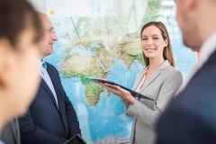 Affärskvinna Holding Clipboard While som ger presentation till sänkan royaltyfri bild