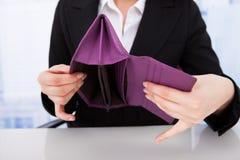 Affärskvinna Holding Empty Wallet royaltyfria bilder