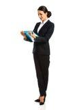 Affärskvinna Holding en limbindning Royaltyfri Bild