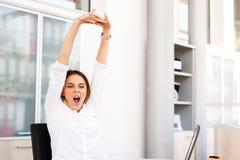 Affärskvinna Holding Painful Wrist på kontoret Royaltyfri Bild