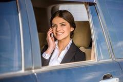 Affärskvinna i bilen royaltyfri bild