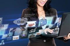 Affärskvinna i det high tech begreppet som arbetar med bärbara datorn Arkivbild