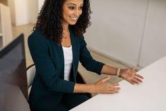 Affärskvinna i en diskussion på arbete royaltyfria foton