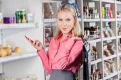 Affärskvinna i en marknad royaltyfri fotografi