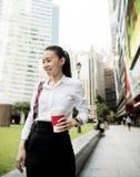 Affärskvinna i en stad arkivbild