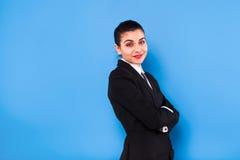 Affärskvinna i formella kläder på blå bakgrund arkivbilder