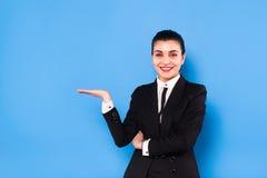 Affärskvinna i formella kläder på blå bakgrund royaltyfri fotografi