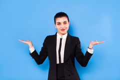 Affärskvinna i formella kläder på blå bakgrund royaltyfri foto